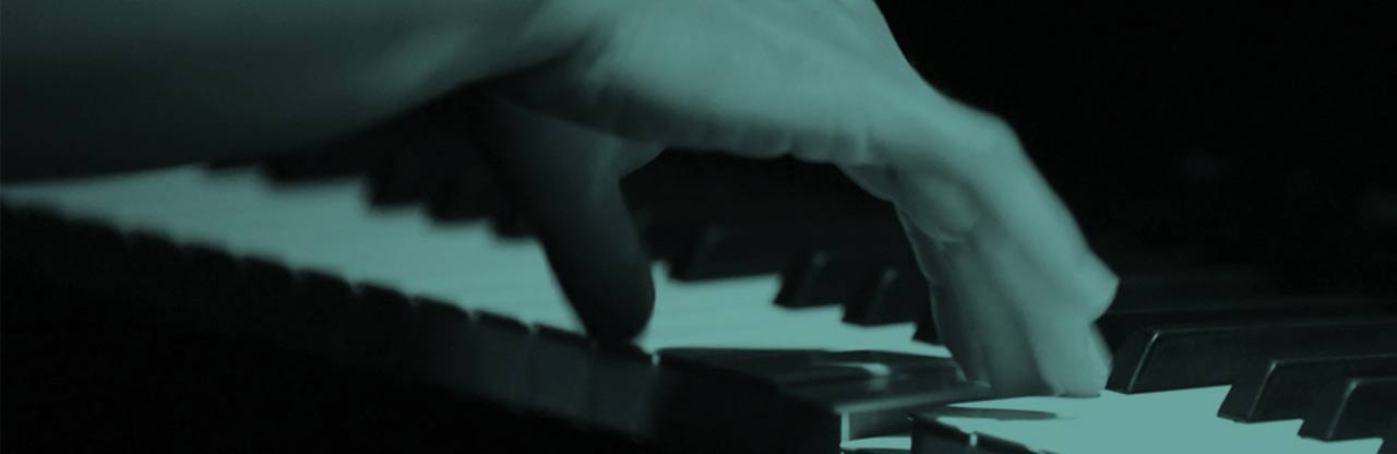 gros plan sur la main d'Hélène Weissenbacher jouant du piano.